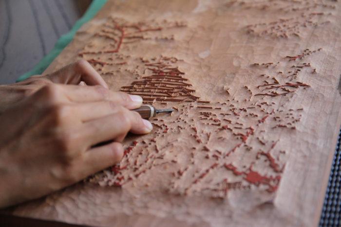 アダチ版画・アウトラインを彫る様子